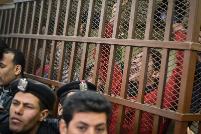 Placés dans le box grillagé des accusés, les... (Photo: AFP)
