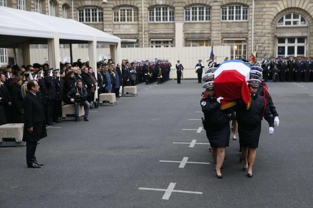 Les trois policiers ont été faits « Chevaliers... (PHOTO PATRICK KOVARIK, AGENCE FRANCE-PRESSE)