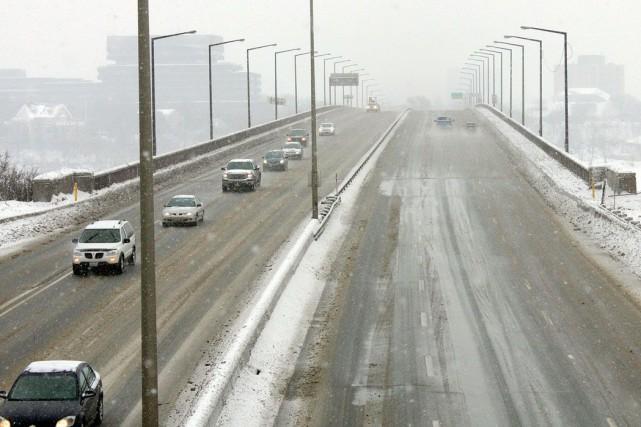 Les automobilistes empruntant le pont Macdonald-Cartier pourraient devoir... (Étienne Ranger, Archives LeDroit)
