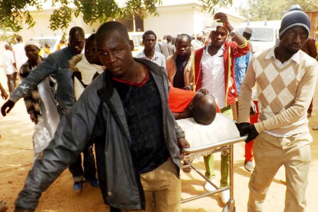 Un homme blessé hier dans un attentat-suicide est... (PHOTO AMINU ABUBAKAR, AFP)