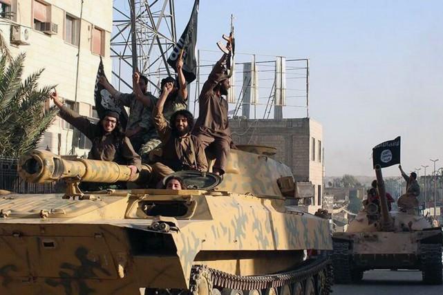 Des combattants du groupe État islamique.... (Photo Archives AP)