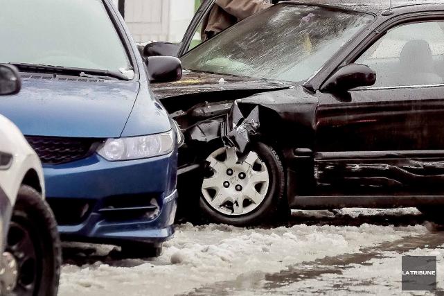 Les conditions routières difficiles causées par le froid polaire de mardi ont... (Archives La Tribune)