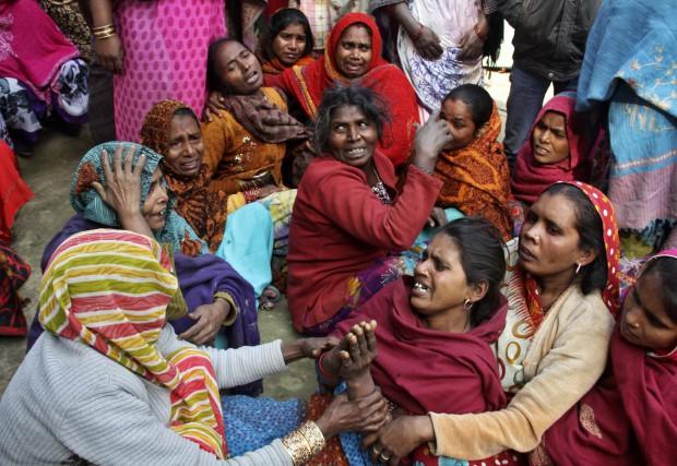 Des proches des personnes décédées en pleurs.... (Photo PAWAN KUMAR, Reuters)