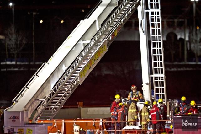 Une quarantaine de pompiers et quelques équipes du... (Photo Olivier Jean, La Presse)