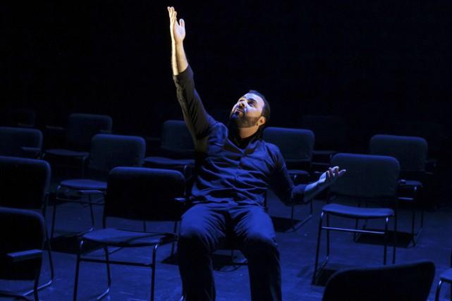 Mani Soleymanlou, sur la photo dans la pièce... (Photo fournie par La Chapelle)