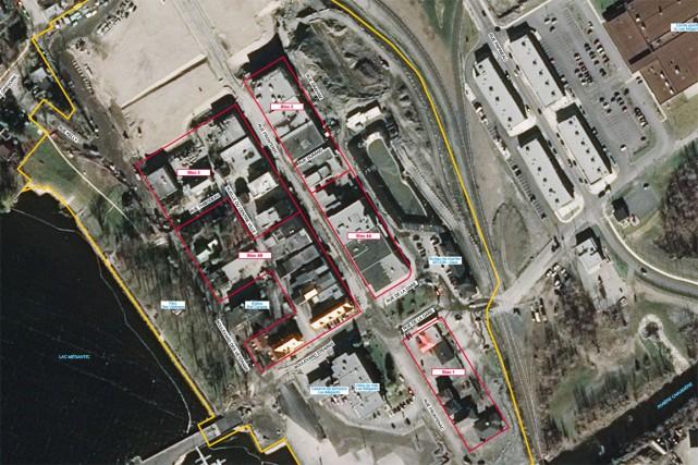 Les travaux de démolition des immeubles des blocs 2 et 3 de la zone confinée du... (Photo fournie par la Ville de Lac-Mégantic)