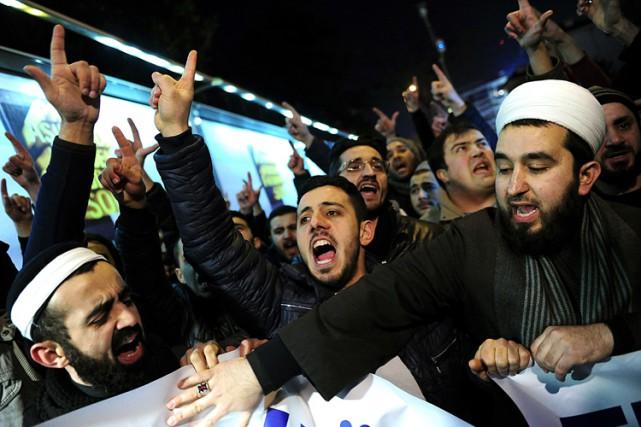 Une cinquantaine de militants pro-islam ont manifesté devant... (Photo: AFP)