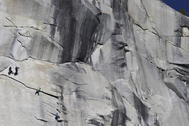Les grimpeurs ont affronté la vertigineuse paroi granitique... (Photo AFP)