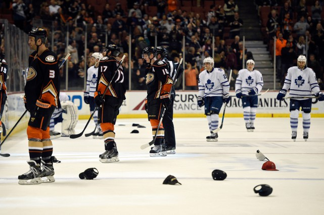 Des partisans des Ducks ont lancé des casquettes... (Photo Kelvin Kuo, USA Today Sports)