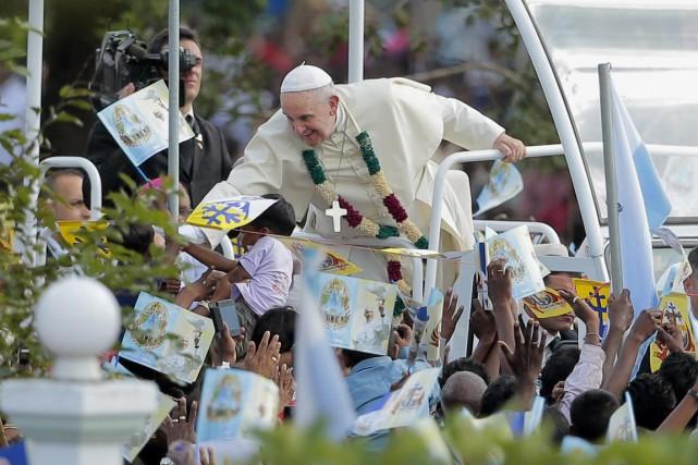Le pape François a célébré une messe en... (PHOTO ERANGA JAYAWARDENA, AP)