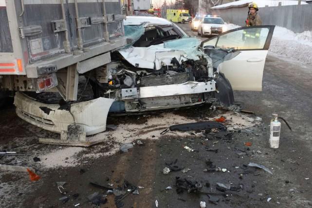 Une collision latérale impliquant une voiture et un camion de livraison a causé... (Courtoisie)