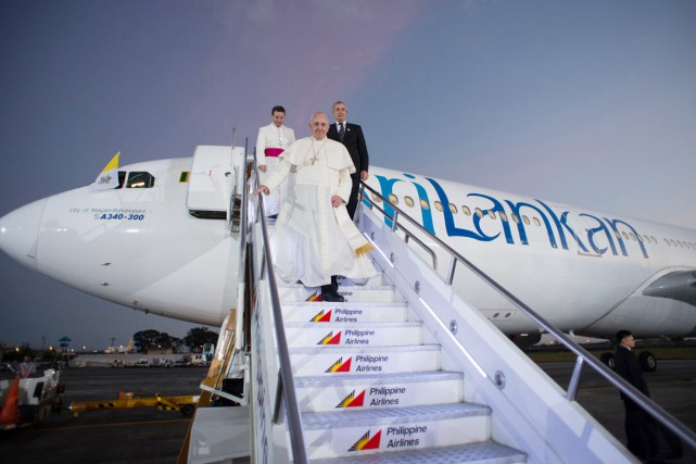 Le pape François arrive à Manille, le 15... (PHOTO AFP/OSSERVATORE ROMANO)