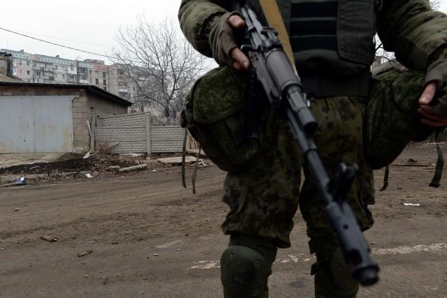 Un homme armé en Ukraine.... (Photo VASILY MAXIMOV, AFP)