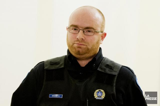 L'agent du SPVM Mathieu Brassard... (PHOTO ALAIN ROBERGE, LA PRESSE)