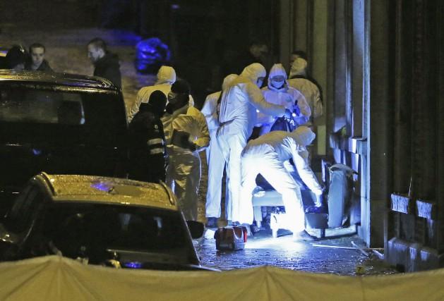 Des policiers inspectent l'entrée d'un immeuble àVerviers en... (Photo FRANCOIS LENOIR, REUTERS)