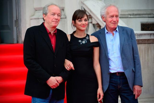 Marion Cotillard et Luc Dardenne (à gauche) et... (PHOTO CARL COURT, AGENCE FRANCE-PRESSE)