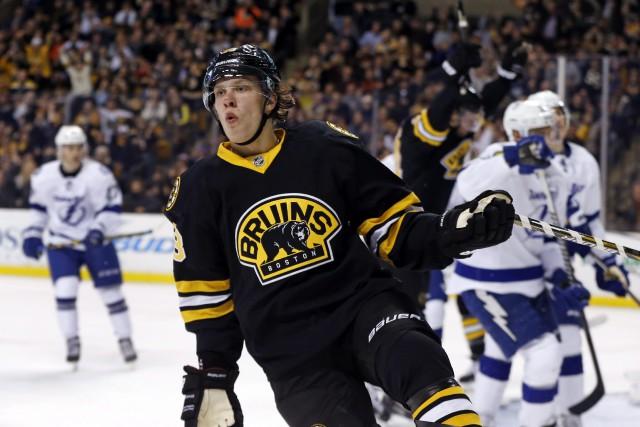 Les Bruins de Boston ont indiqué que l'attaquant David Pastrnak allait rester... (Photo AP)