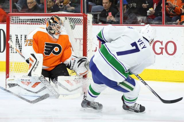 Henrik Sedin a récolté un but et une aide, Ryan Miller a effectué 29 arrêts et... (Photo USA Today Sports)