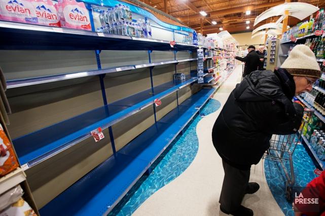 Les tablettes des épiceries ont rapidement été vidées... (PHOTO PATRICK SANSFAÇON, LA PRESSE)