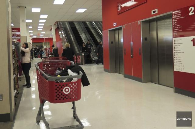 Le Starbucks situé dans les locaux du Target du Carrefour de l'Estrie fermera... (Imacom, René Marquis)