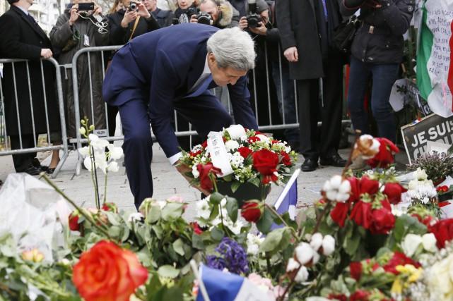 John Kerry a déposé une troisième gerbe de... (PHOTO RICK WILKING, AFP)