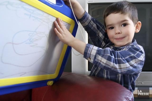 Aujourd'hui, Étienne peut s'émerveiller devant ses jouets les... (PHOTO TIRÉE D'UNE VIDÉO, LA PRESSE)