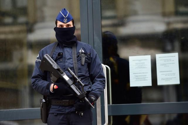 Un policier lourdement armé monte la garde devant... (PHOTO EMMANUEL DUNAND, AFP)