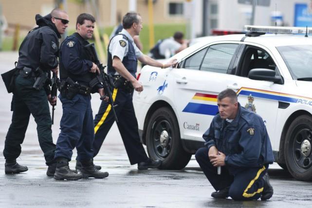 Des policiers de la GRC lors de l'opération... (PHOTO MARC GRANDMAISON, ARCHIVES LA PRESSE CANADIENNE)