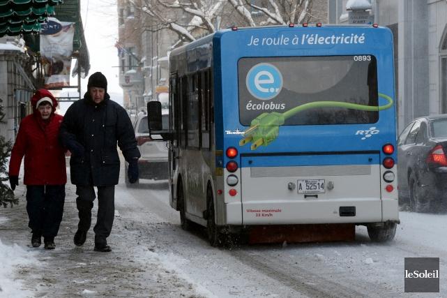Les petits écolobus seront remplacés par des autobus... (Le Soleil, Erick Labbé)