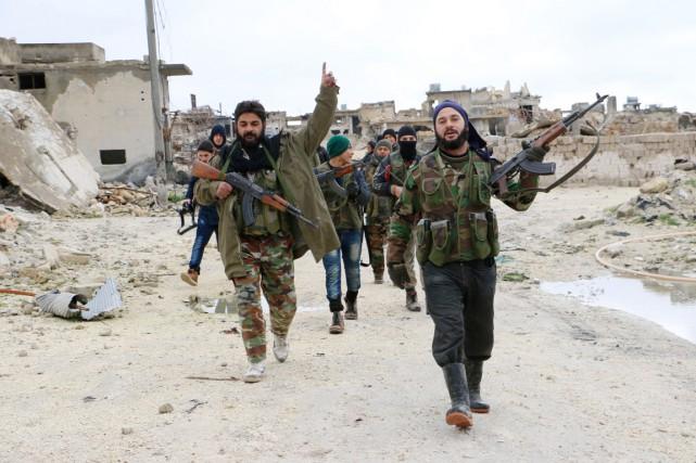 Des combattants de l'opposition syrienne déambulent à Alep,... (PHOTO FADI AL-HALABI, ARCHIVES AFP/AMC)