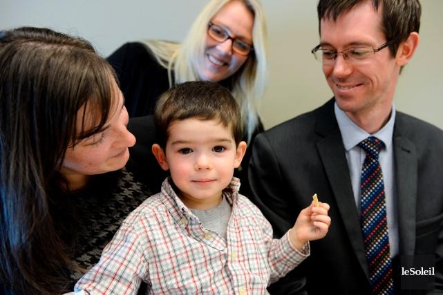 Étienne Bérubé-Lepage, ici entouré de ses parents et... (Le Soleil, Erick Labbé)