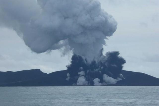L'éruption volcanique se produit via deux cratères, l'un... (PHOTO TIRÉE DE TWITTER)