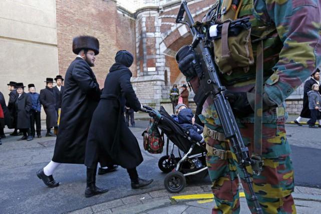 Des militaires assurent une surveillance à l'extérieur d'une... (PHOTO YVES HERMAN, REUTERS)
