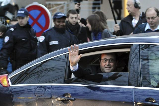 Le président Hollande salue la foule lors de... (PHOTO NICOLAS TUCAT, AFP)