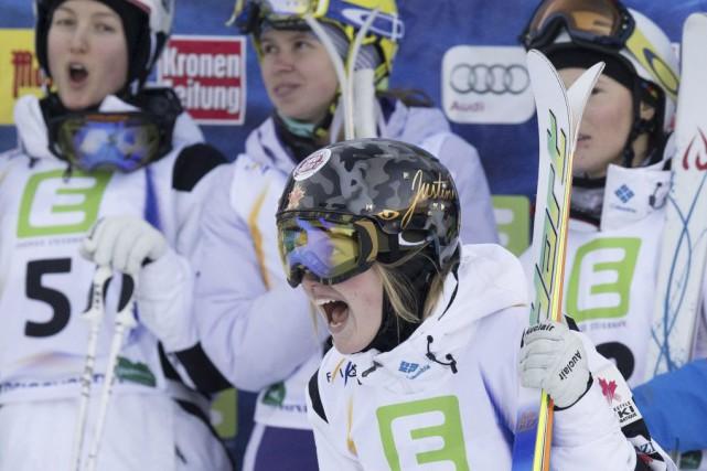 Justine Dufour-Lapointe a éclaté de joie après sa... (PHOTO JOE KLAMAR, AFP)