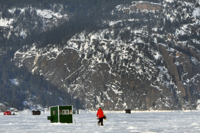 Quelques dizaines de pêcheurs ont bravé le froid... ((Photo Michel Tremblay))
