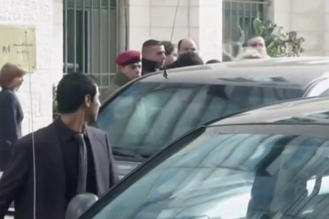 Les gardes du corps du ministre canadien des... (Image tirée d'une vidéo de l'Associated Press)