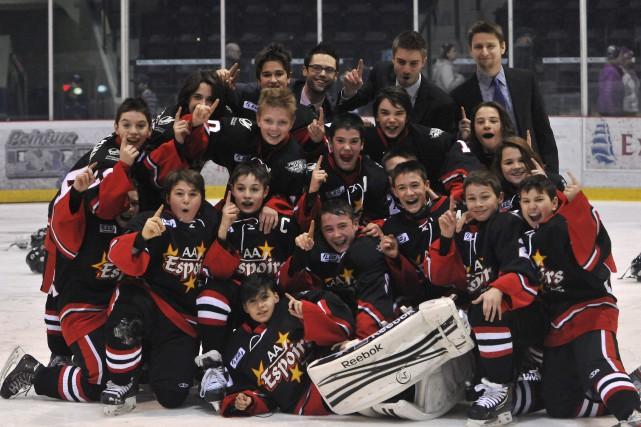 Les Espoirs du Saguenay ont célébré leur victoire... ((Photo Michel Tremblay))