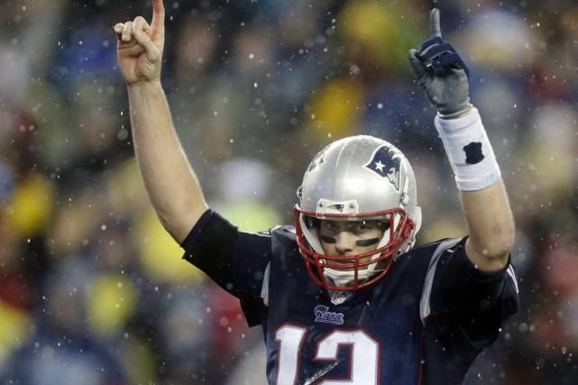 Le quart-arrière Tom Brady célèbre un des touchés... (Charles Krupa, Associated Press)