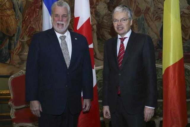 Philippe Couillard et le vice-premier ministre belge Didier... (PHOTO VIRGINIE LEFOUR, AGENCE FRANCE-PRESSE)