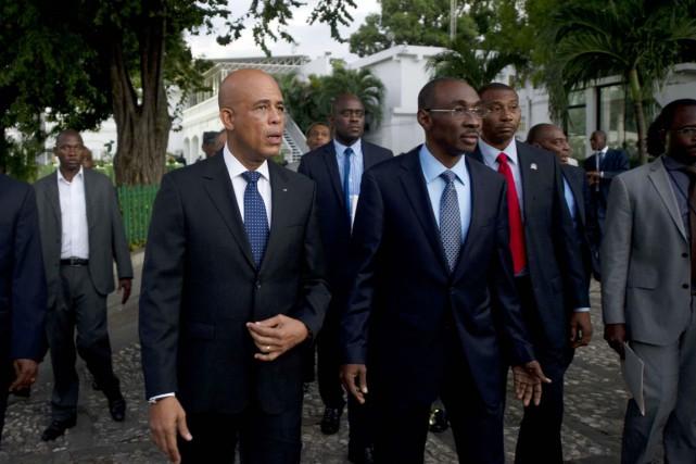 Le président Martelly (à gauche) avait installé vendredi... (PHOTO HECTOR RETAMAL, ARCHIVES AFP)