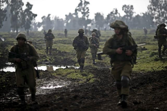 Des soldats israéliens participent à un entraînement dans... (PHOTO ARIEL SCHALIT, AP)