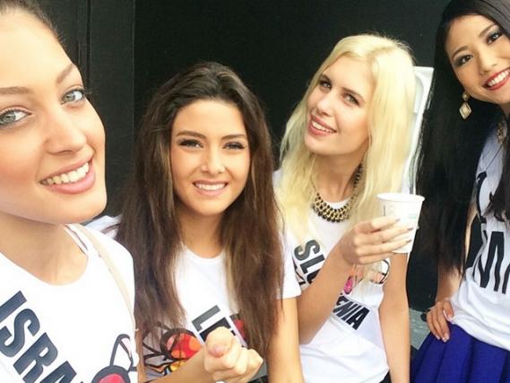 Le selfie où l'on peut voir miss Israël... (PHOTO TIRÉE D'INSTAGRAM)