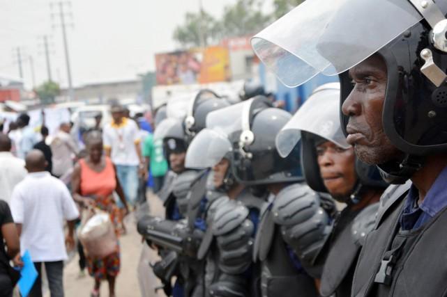 Des policiers anti-émeute montent la garde dans le... (PHOTO ARCHIVES AFP)