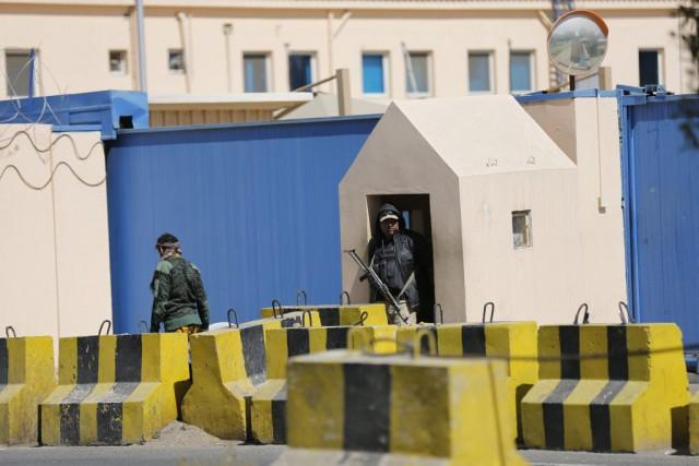 La milice chiite Ansaruallah encerclait lundi soir la résidence du Premier... (Photo Reuters)