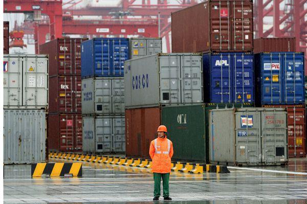 Un travailleur devant des conteneurs du port de... (Photo AP)