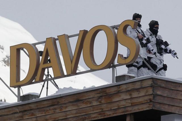 Des policiers suisses sont postés sur le toit... (Photo Michel Euler, AP)