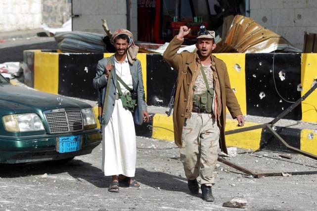 Des miliciens chiites montent la garde devant un... (PHOTO MOHAMMED HUWAIS, AFP)