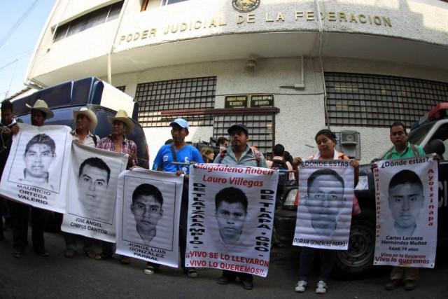 Des manifestants brandissaient les portraits des 43 étudiants... (PHOTO JORGE DAN LOPEZ, REUTERS)
