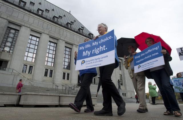 Des sympathisants de l'organisme de bienfaisance à Dying... (Photo Adrian Wyld, Archives PC)